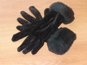 Замшевые перчатки красивы и элегантны.