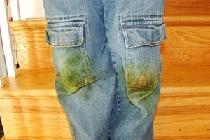 Зелёные пятна на джинсах.