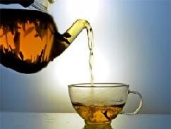 Разливаем чай по чашкам.