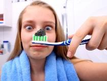 Отбеливаем зубы активированным углём