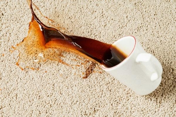 Пятна от чая на белом