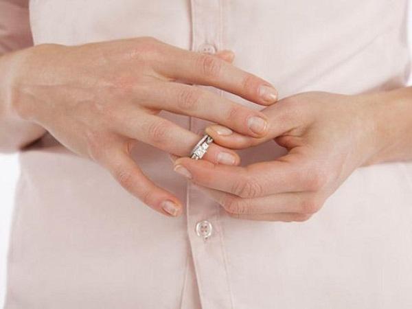 Снимаем кольцо с помощью вазелина
