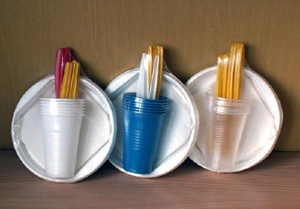 Пластиковые стаканчики и тарелки