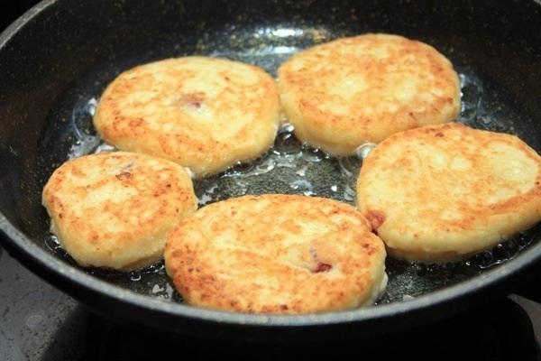Готовим сырники на сковороде
