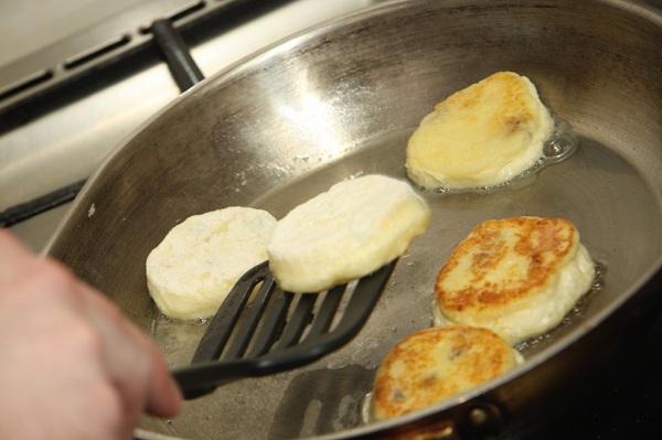 Жарим сырники