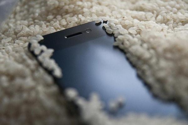 Сушим телефон с помощью риса