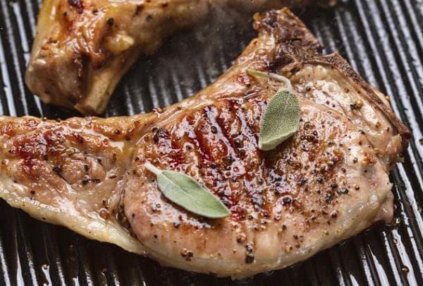 сколько по времени жарить отбивную из свинины на сковороде