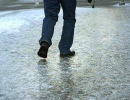Чем посыпать лед зимой, чтобы не скользил?