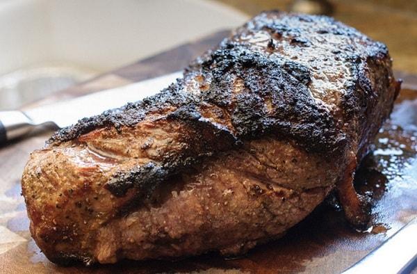 Кусок пережаренного мяса