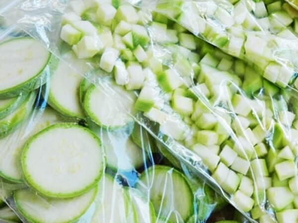 Кусочки кабачка, подготовленные к заморозке