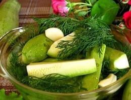 Хрустящие, малосольные кабачки быстрого приготовления с чесноком. Рецепт в банке