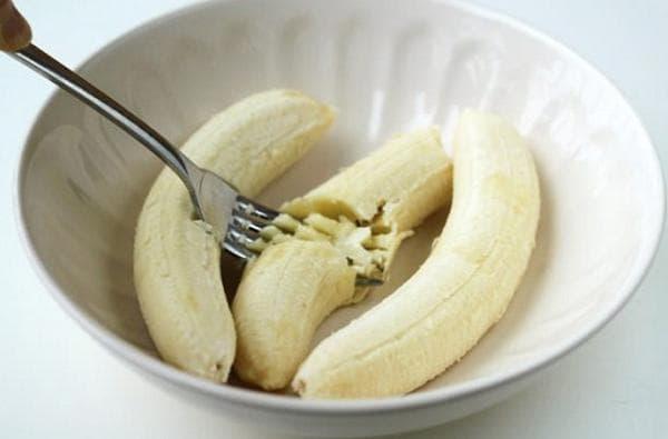 Измельчаем бананы с помощью вилки