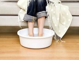 Парим ноги при кашле и простуде