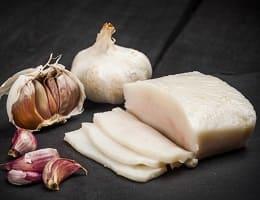Компресс из сала и чеснока для лечения жировика
