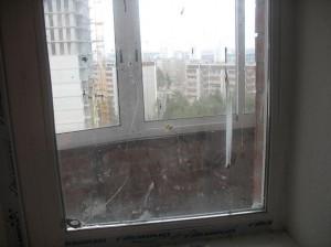 Царапины на оконном стекле.