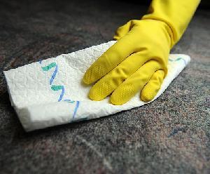 Чистить ковёр нужно в перчатках.