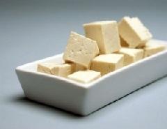 Кубики сыра тофу.