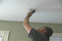Убираем трещину на потолке.