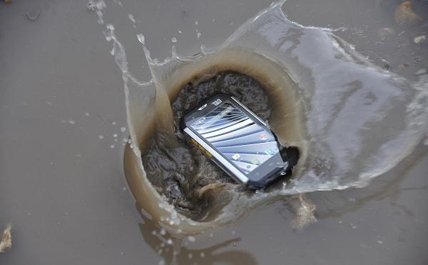 Телефон упал в лужу