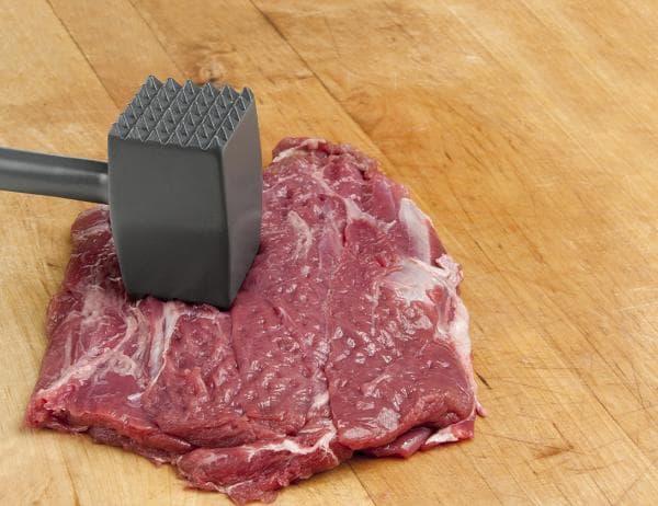 Отбиваем мясо. чтобы его размягчить