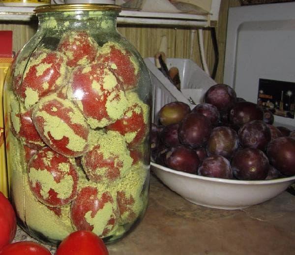 Свежие помидоры в горчичном порошке