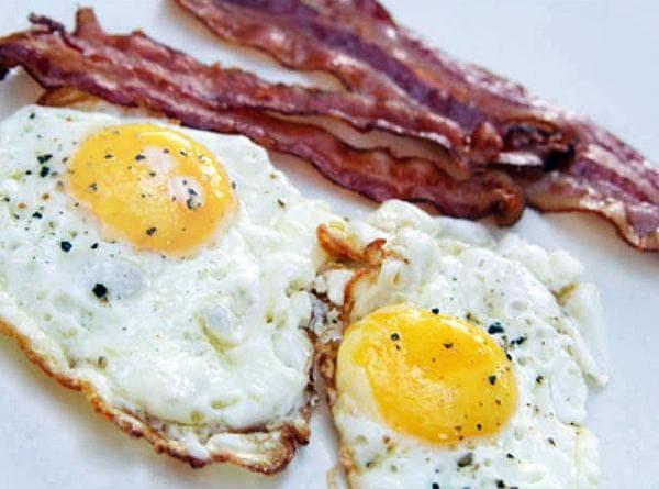 Бекон с яйцами на сковороде