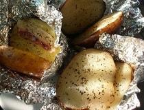 Картофель запеченный в духовке в фольге. Рецепт
