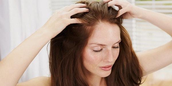 Наносим лосьон на волосы