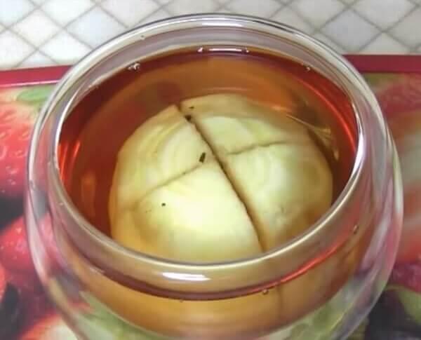 Разрезать лук накрест и положить в чай