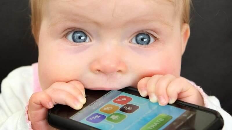 Ребёнок с грязным смартфоном