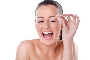 Как обезболить выщипывание бровей?