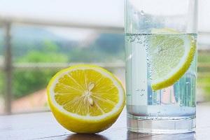 Лимон и вода для лифтинга кожи лица