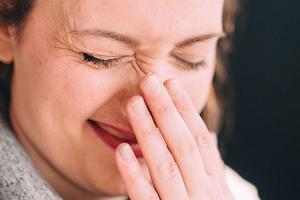 Почему нельзя чихать в себя?