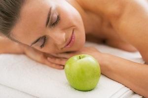 Яблочный массаж против целлюлита