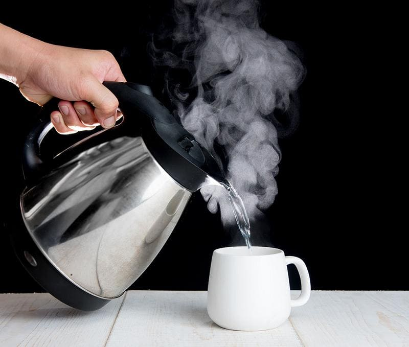 Почему нельзя повторно кипятить воду в чайнике?