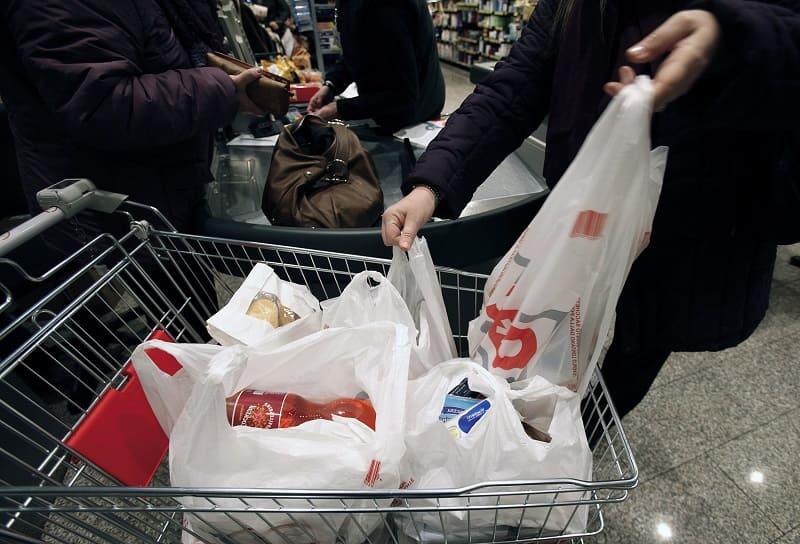 Кто должен платить за пакет в магазине?