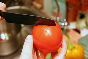 Очищаем помидор от кожицы