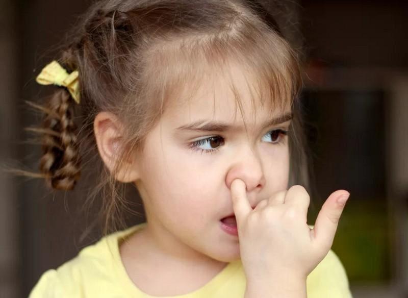 Ребенок ковыряется в носу. Как отучить?