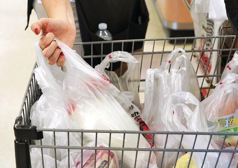 Продукты в пакетах. Кто их должен обязан складывать?