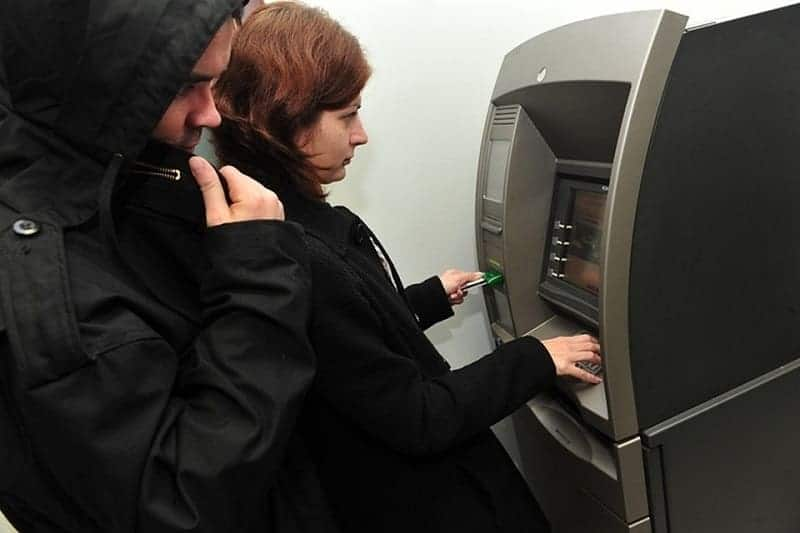 Мошенники у банкомата