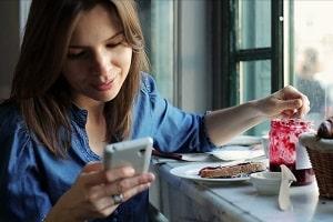 Синий свет от смартфона вызывает старение кожи лица
