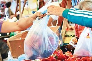 Должен ли продавец складывать продукты в пакет?