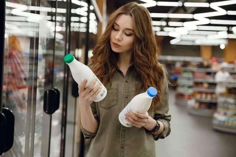 Как не купить просроченное молоко в магазине?