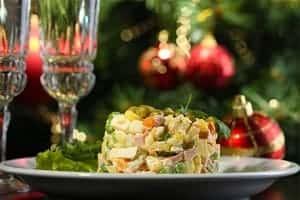Салат оливье на новогоднем столе