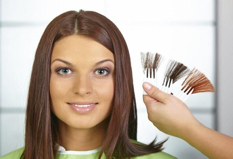 Как выбрать цвет волос делающий лицо моложе?
