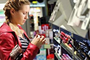 Девушка выбирает косметику в магазине