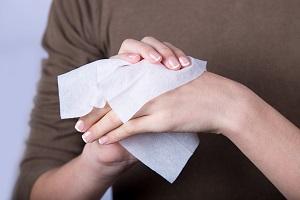 Обработка рук дезинфицирующими салфетками