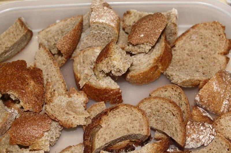 Сухой хлеб для подкормки рассады