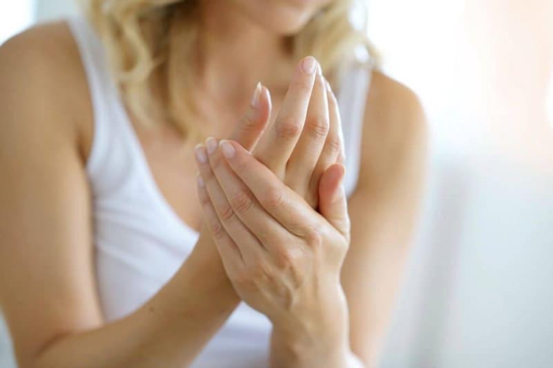 Увлажняем кожу рук кремом