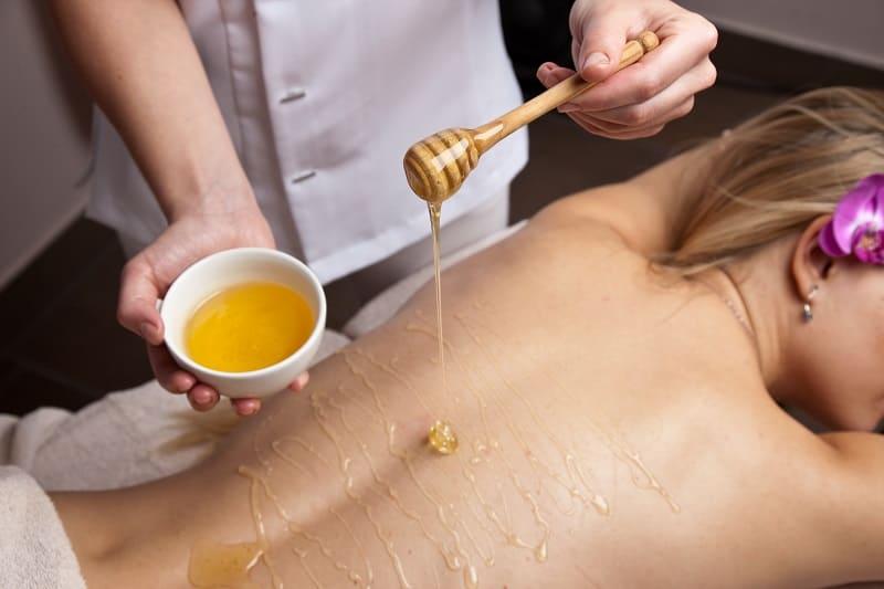 Нанесение мёда на тело